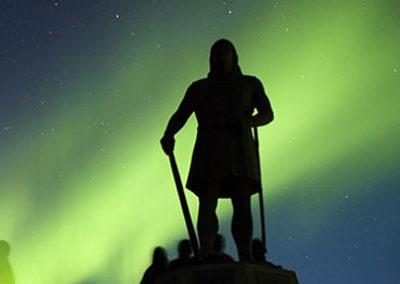 Una Aurora boreal realza la silueta de Leif Ericsson Groenlandia