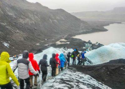 Caminata en el glaciar Solheimajokull en Islandia en Semana Santa