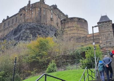 Castillo de Edimburgo en Escocia, viaje en coche de alquiler.