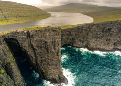 Sorvágsvatn, el acantilado que separa el lago del mar.