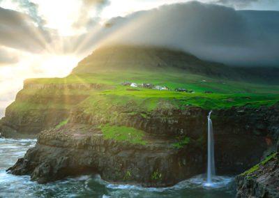 Puesta de sol en Gásadalur, visita imprescindible en la isla de Vágar.